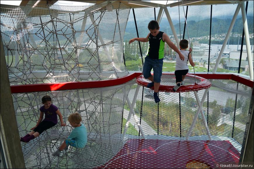 Внутри Игровой башни. Детям здесь раздолье.