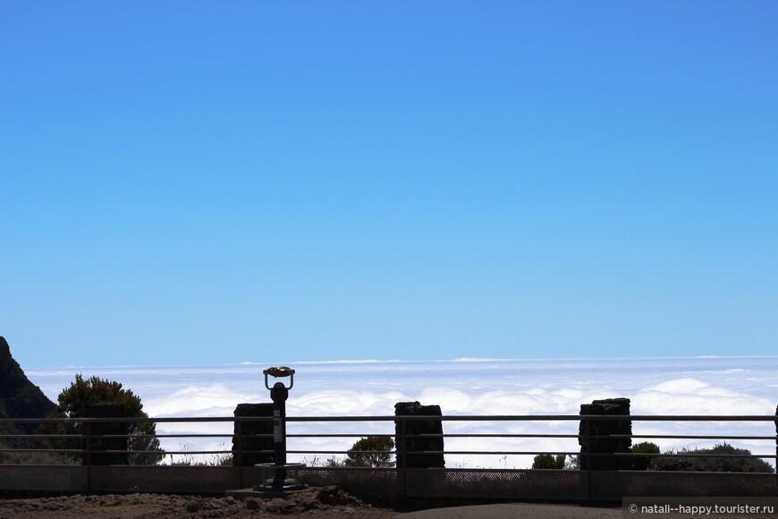 Смотровая площадка над вулканом Питон де ла Фурнез. Бывает и так - пока поднялся - уже облака тебя опередили.