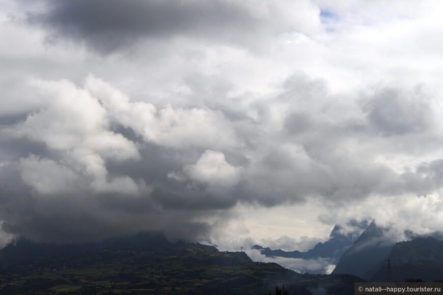 С любой точки кольцевой дороги открывается вид на Национальный парк. Такая облачность, как на фото, характерна для тропического лета, с декабря по март
