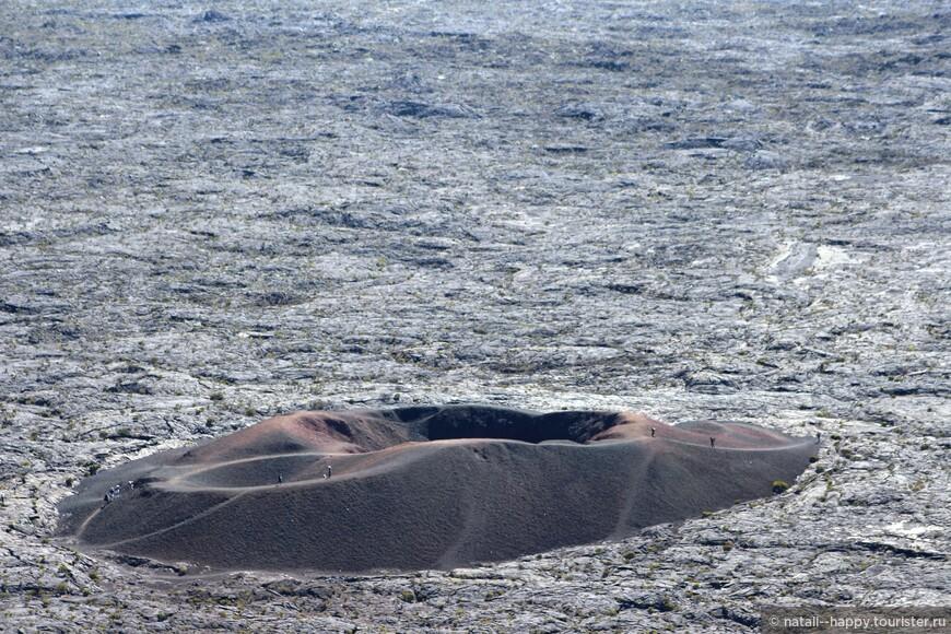 Туристы на малом кратере активного вулкана Питон де ла Фурнез