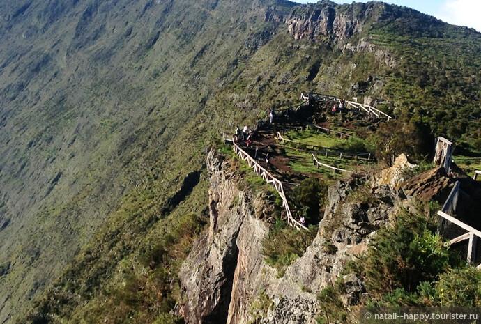 Смотровая площадка Майдо с видом на вулканический цирк Мафат. Фото сделано со второго уровня площадки, а есть еще и третий)