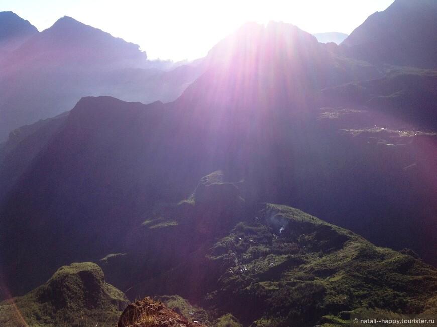 Вулканический цирк Мафат, фото со смотровой площадки Майдо. Там внизу - раскиданные по горным перевалам изолированные деревни, путь в Мафат - только пешком