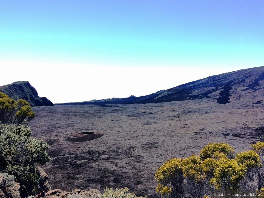 Кальдерьера вулкана Питон де ла Фурнез (его краешек справа) и малый кратер