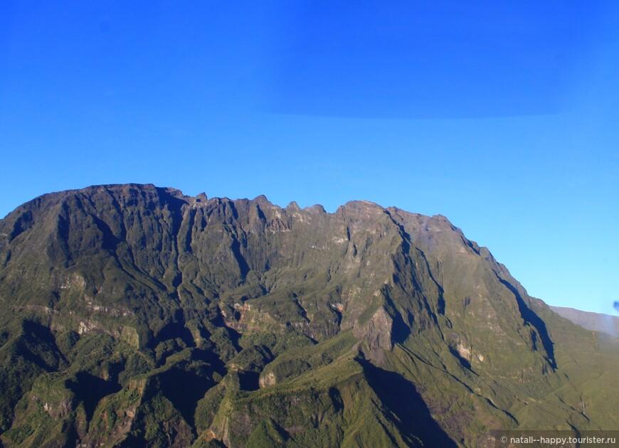 Вершина потухшего вулкана Питон де Неж, фото сделано с вертолета. Пеший трек на вулкан - 7-9 часов в обе стороны
