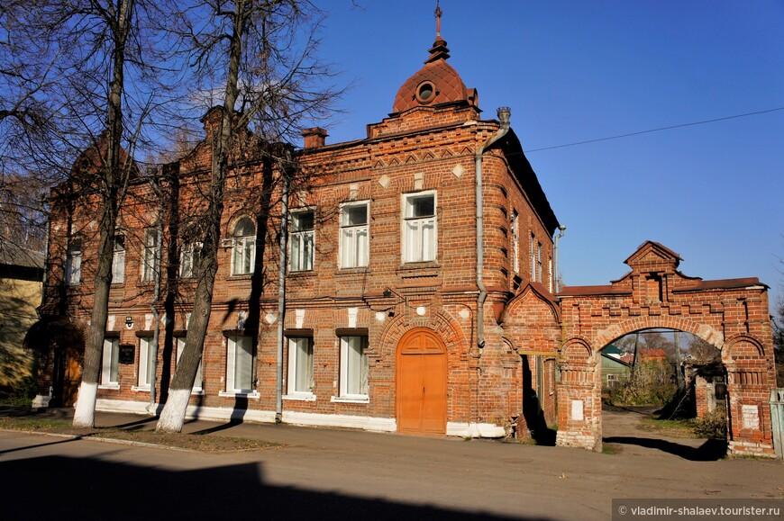 Дом Семёнычева. Построен в 1904 году гороховецким фабрикантом С.И. Семенычевым, владевшим в городе котельным производством и бумажно-картонной фабрикой.