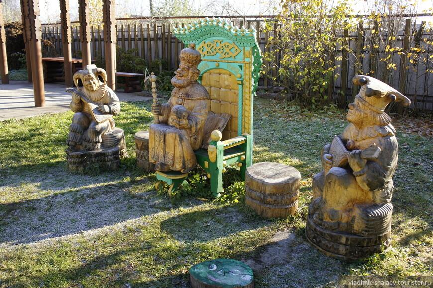 Во дворе дома Шорина установлен памятник царю Гороху - основателю города, и двум его министрам  -  шутам Гороховым.