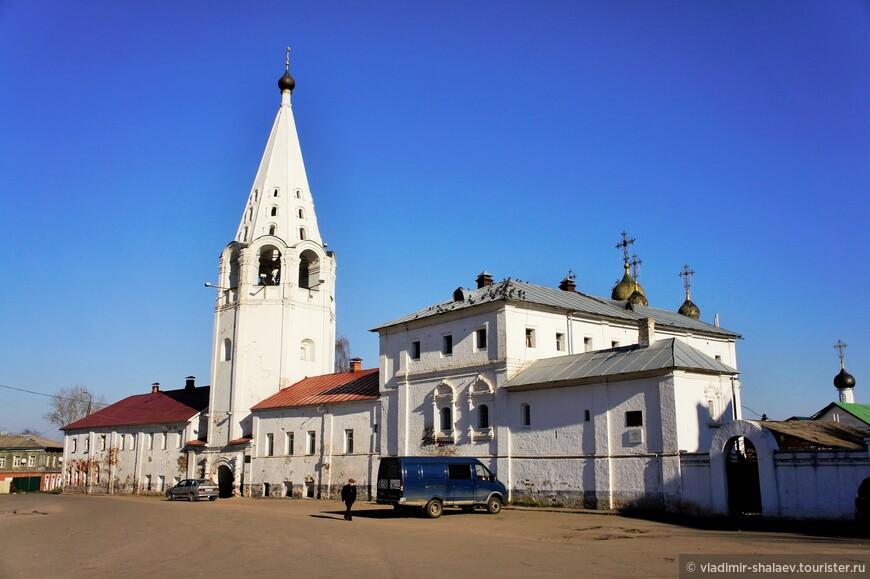 Свято-Сретенский монастырь в центре города.