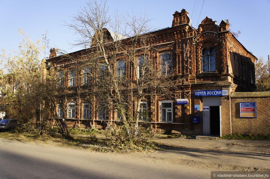 В этом старинном здании на Советской улице сейчас находится Почта России.