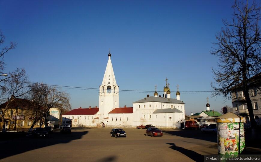 Центральная площадь Гороховца. До 1979 года ностила название Торговая. Да и сейчас по определённым дням здесь устраивают рынок. В праздники проводятся культурно-массовые мероприятия.