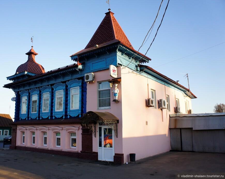 Здание постройки конца XIX – начала XX века.  До революции - дом купца Кучина. Сейчас в нём находится кафе и гостиница.