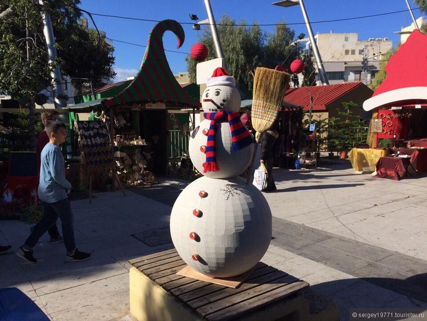 Снеговик на Крите в городе Ираклион