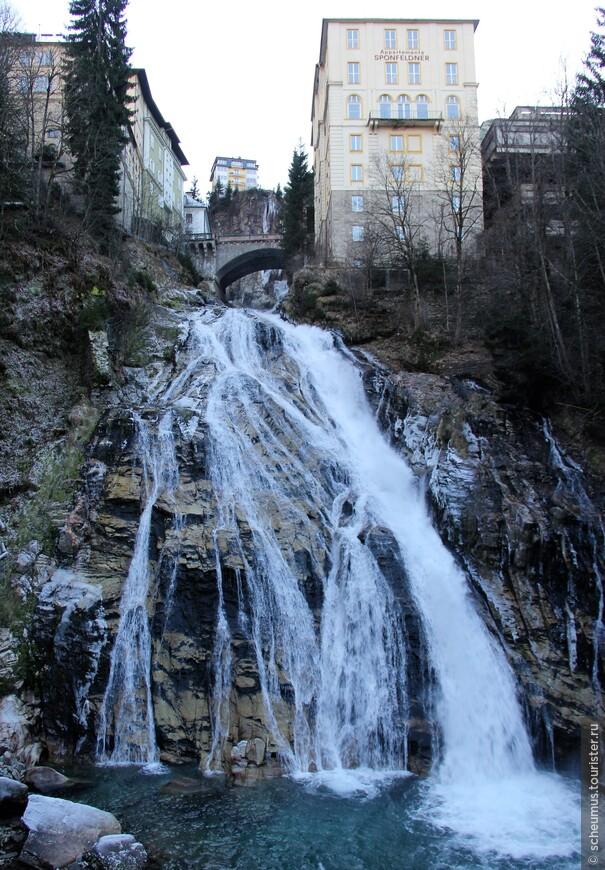 Зимой водопад далеко не такой внушительный как летом, но все таки впечатляет! А воздух - такой чистий!