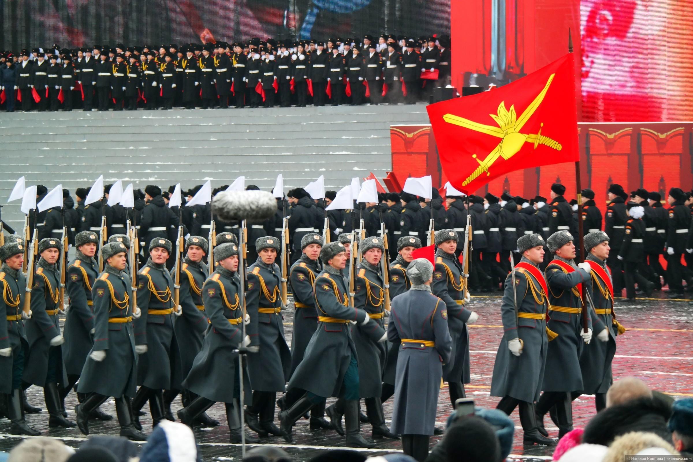 Знаменные группы частей и соединений, прошедших от стен Кремля до Берлина сопровождают почетные караулы трех видов вооруженных сил: сухопутных войск..., Торжественный марш 7 ноября 2016, Красная пл.