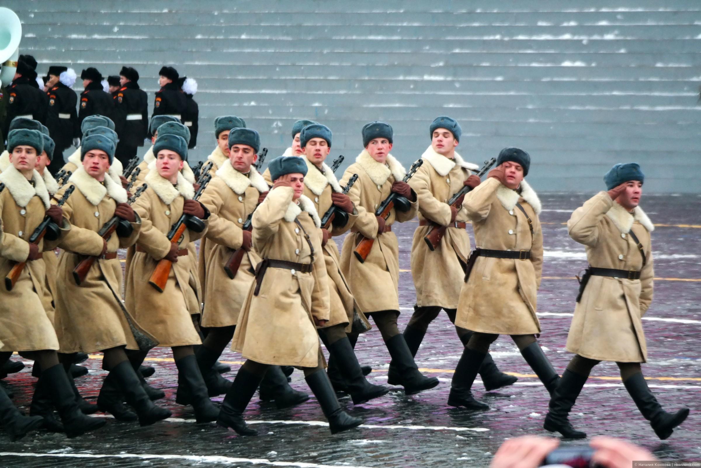 На площадь вступают учатсники исторической реконструкции. В строю военнослужащие 27-ой мотострелковой севастопольской бригады., Торжественный марш 7 ноября 2016, Красная пл.