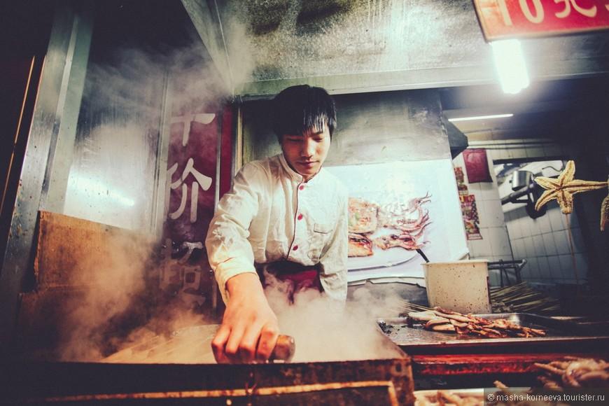 Если ты приехал в любую азиатскую страну, будь добр, сходи на ночной рынок. В Пекине он очень колоритен, чего там только нет. Все разнообразие жучков, морских гадов и не только, а какое все остренькое)) Мы только к концу первого месяца привыкли к этим обжигающим кушаньям. Как бы мне сейчас хотелось съесть тофу и кальмарчики)))  Так что очень советую посетить Ночной рынок Дунхуамэнь.
