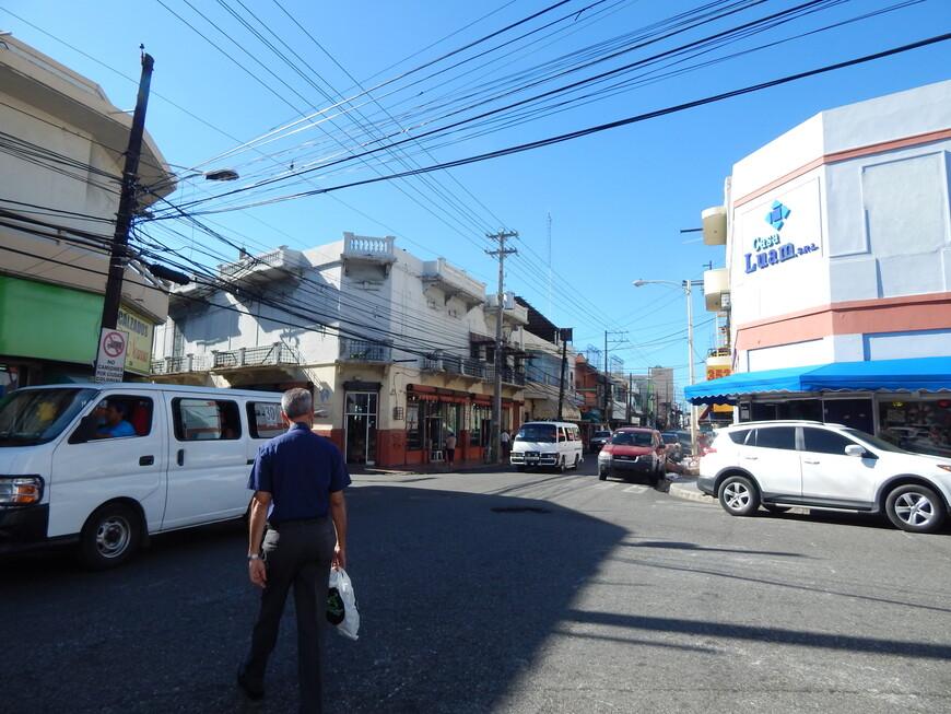 Гулять в этой части города не очень удобно,тротуары узкие и часто чем-то заставлены,а машин много.