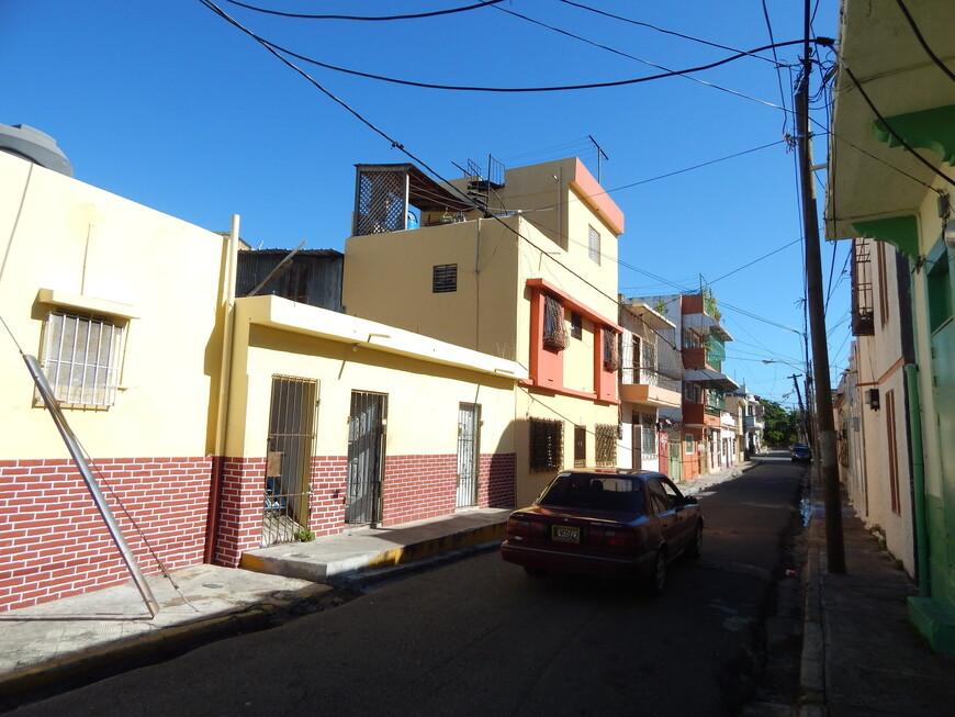 В колониальной  части города узкие улочки и невысокие домики.