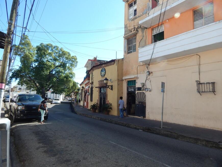 Санто-Доминго является самым старым городом в Америке, хотя и не первым основанным. Самый первый город назывался Изабелла и был основан Христофором Колумбом во время первой экспедиции, колония была брошена после того, как на нее напали индейцы.