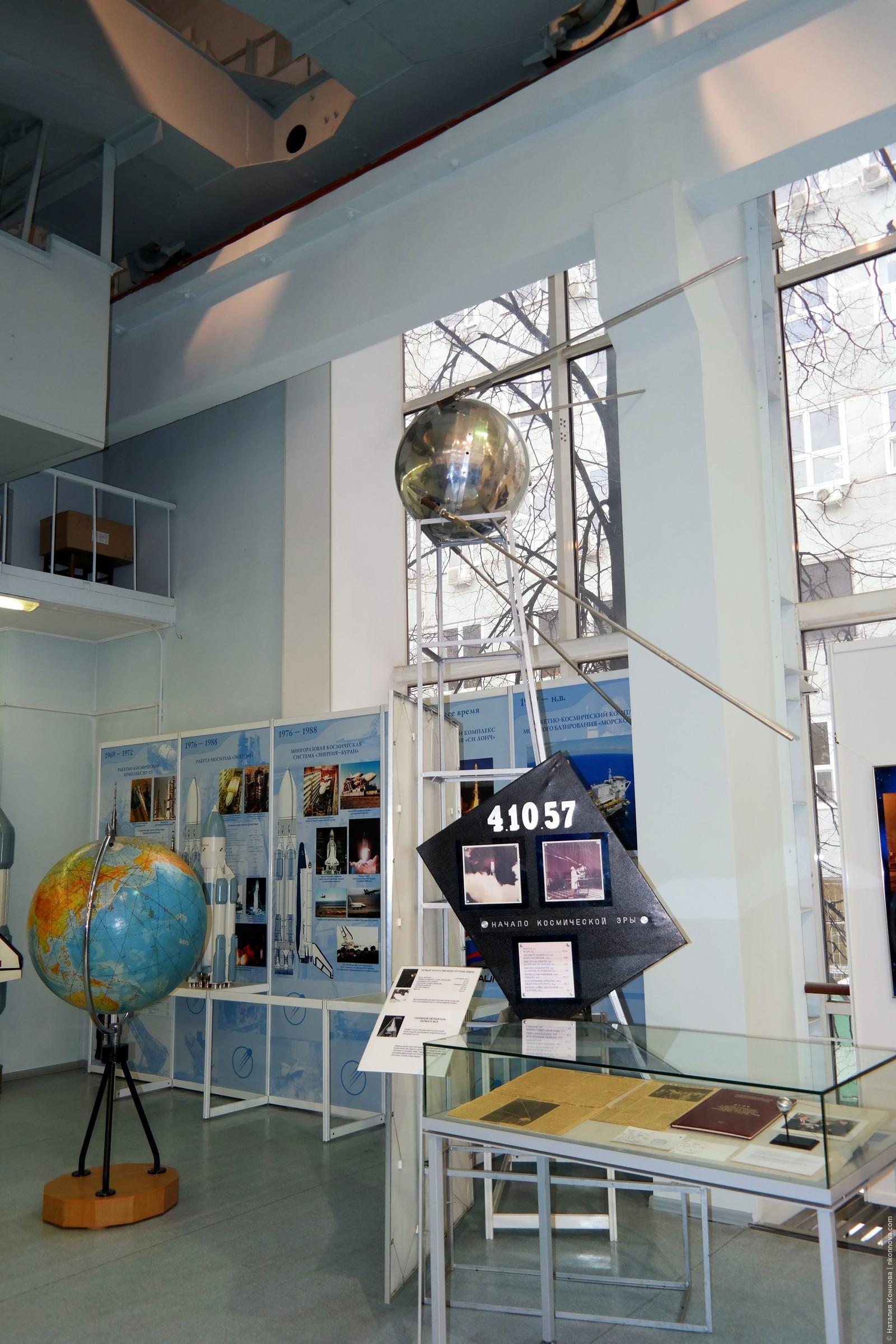 """Первый запущенный в космос искусственный спутник Земли. Сначала планировалось отправить более """"продвинутый"""" аппарат, но поступила информация о том, что американцы тоже готовятся к запуску, поэтому по-быстрому """"склепали"""" такой вот """"шарик"""" и запустили. Зато первыми, 4 октября 1957г., Музей РКК «Энергия» им. Королева"""