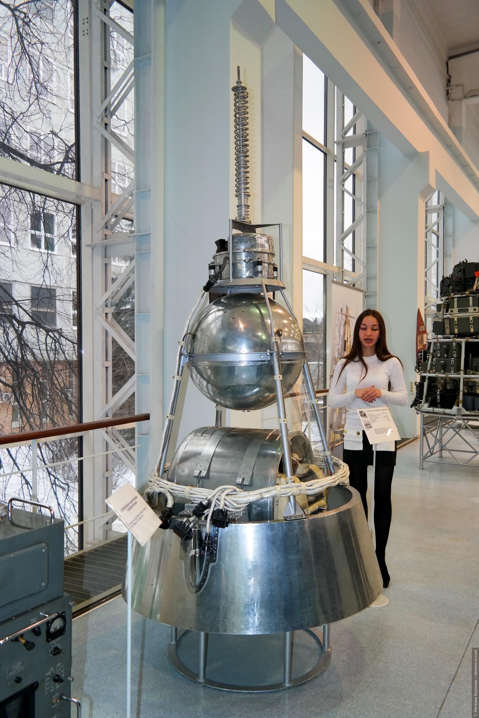 И спустя совсем немного времени запустили Спутник-2 - второй искусственный спутник Земли, уже содержавший оборудование, которого не стали дожидаться при запуске первого спутника., Музей РКК «Энергия» им. Королева
