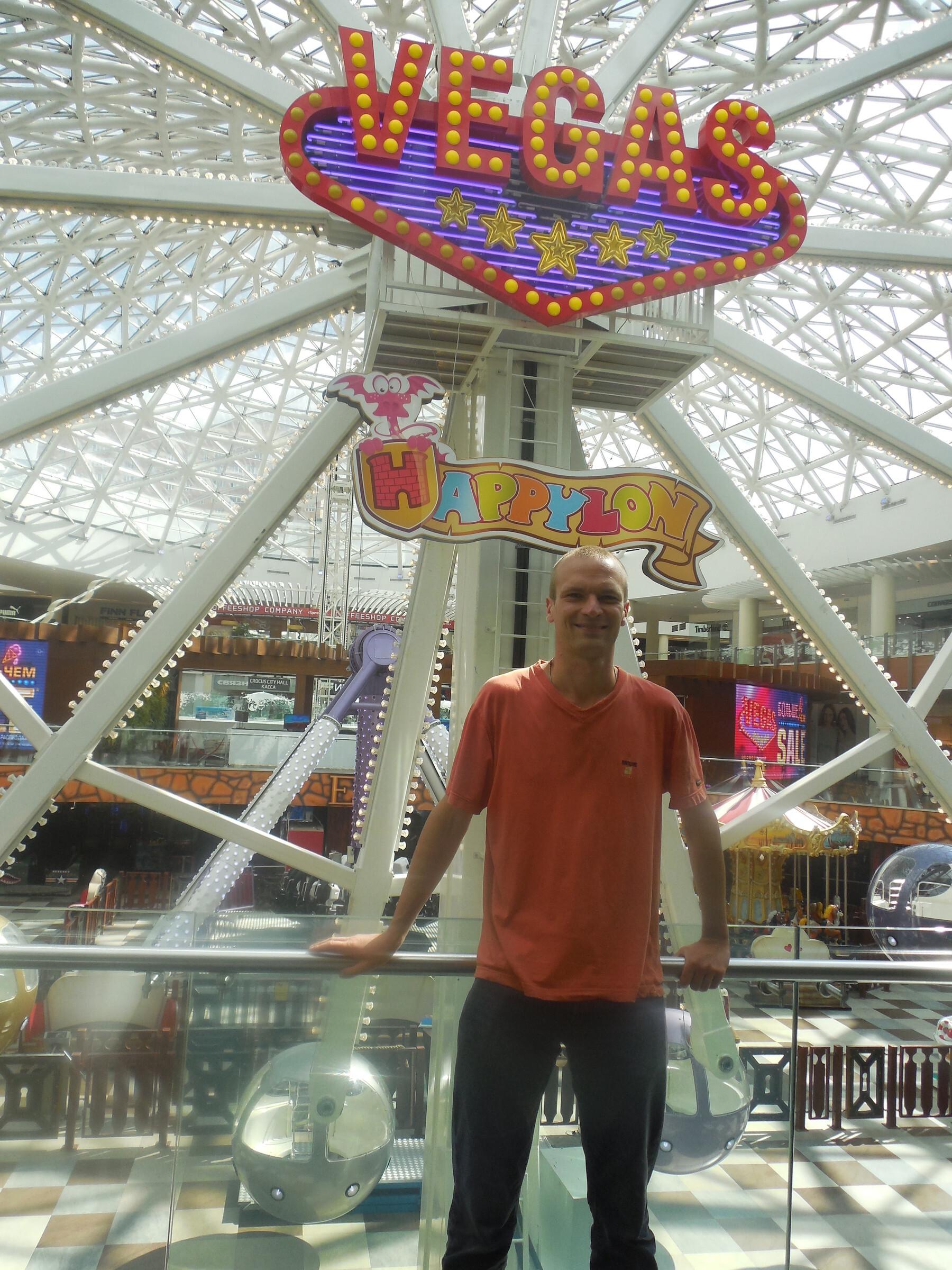 Торгово-развлекательный центр «Вегас» внутри: парк аттракционов «Happylon» - колесо Фортуны (колесо обозрения), Москва - ТРЦ «Вегас»