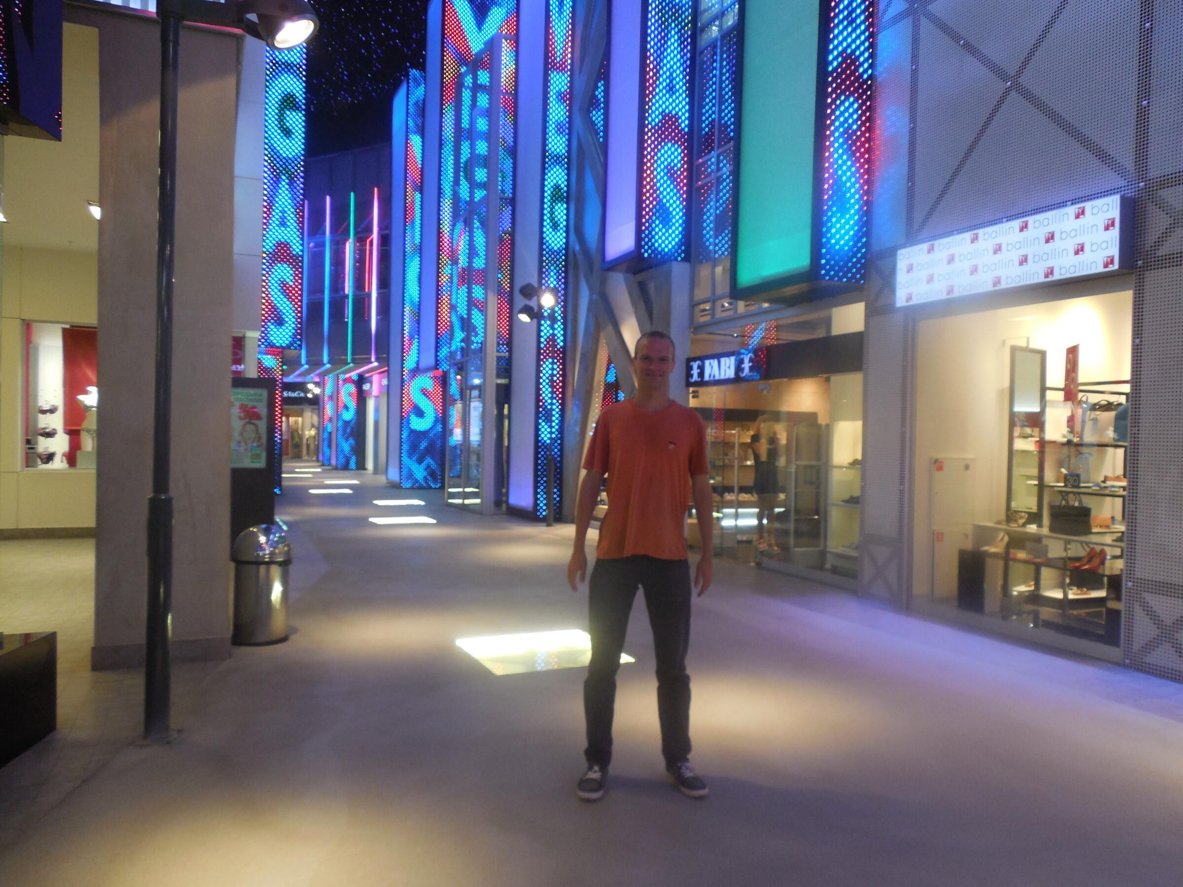 Торгово-развлекательный центр «Вегас» внутри: аллея славы (аллея звёзд) (этот участок торгового центра красочно подсвечен), Москва - ТРЦ «Вегас»