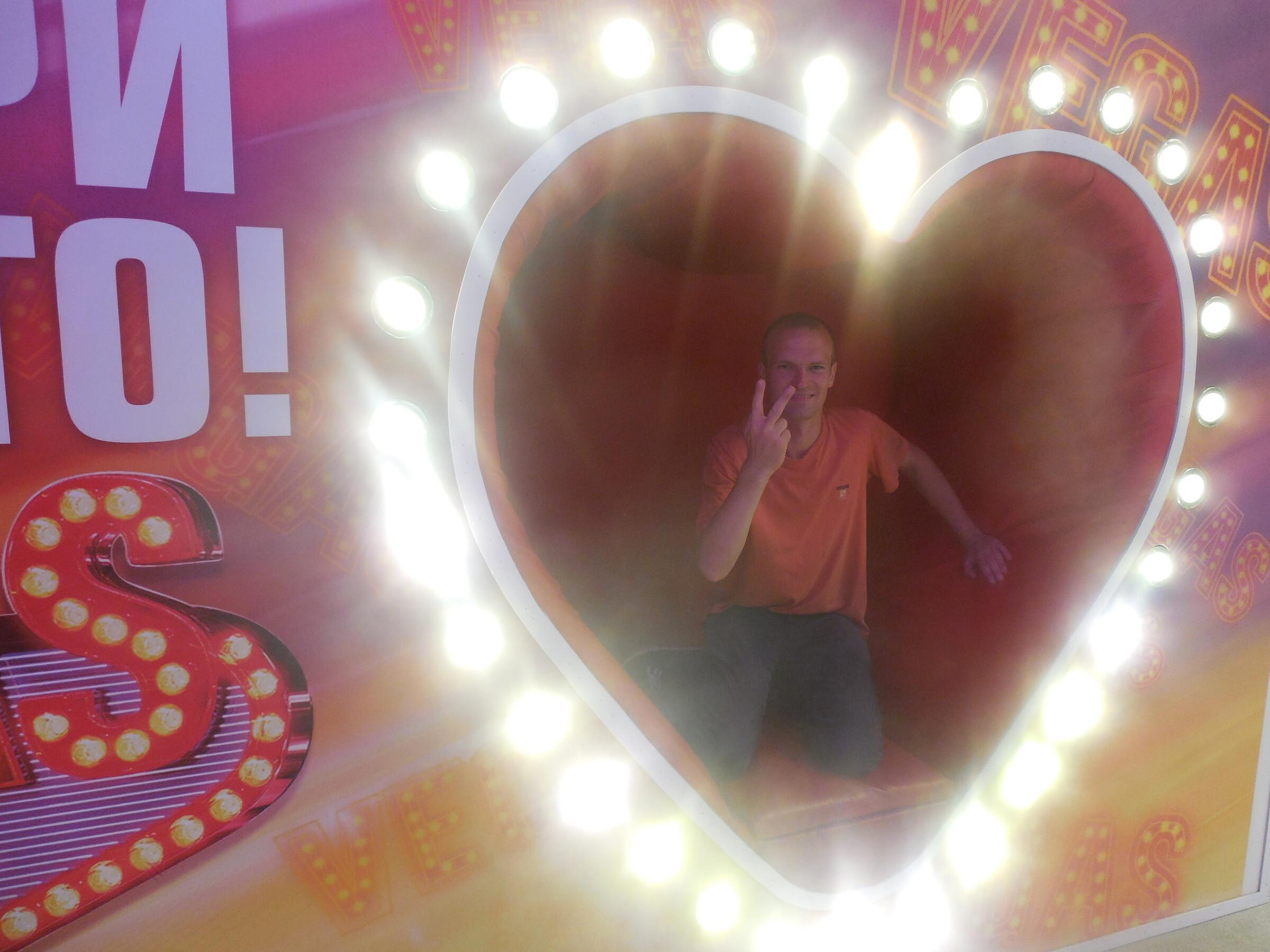 Торгово-развлекательный центр «Вегас» внутри: рамка для фотографии «Vegas с любовью», Москва - ТРЦ «Вегас»