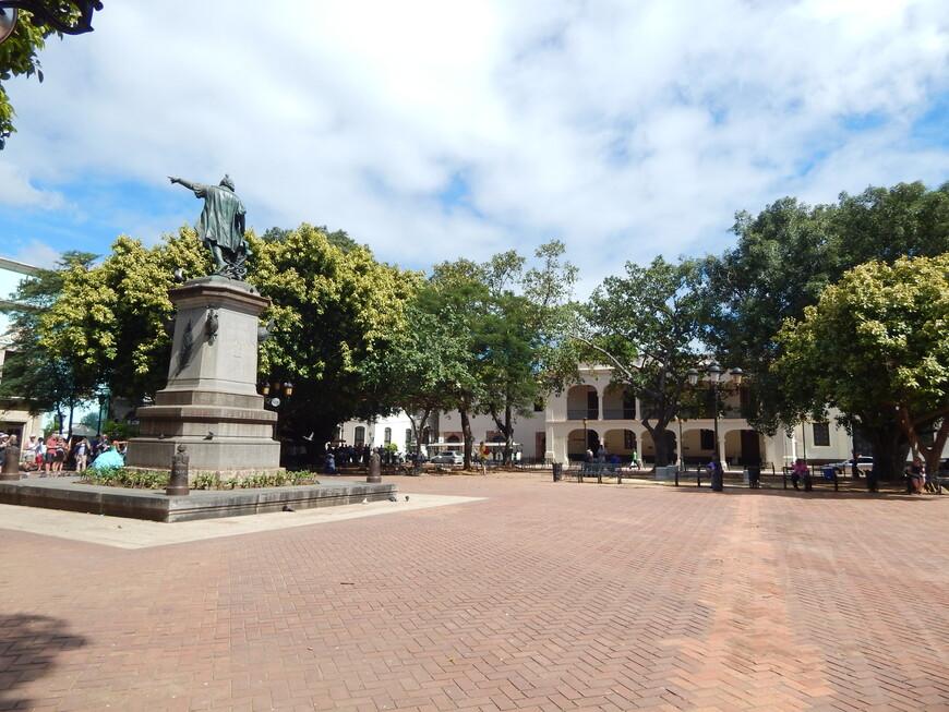 Покатавшись на паровозике мы вышли у площади Колумба,в центре которой установлена бронзовая скульптура мореплавателю Христофору Колумбу.