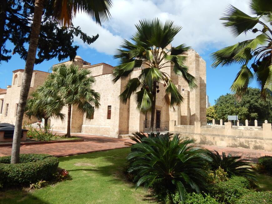 Но храм начал работать в Санто-Доминго только через 25, а то и 30 лет. Простояло красивое здание недолго, храм захватил английский пират Френсис Дрейк. Он разграбил и осквернил собор из-за того, что был жутким протестантом и не любил католиков.