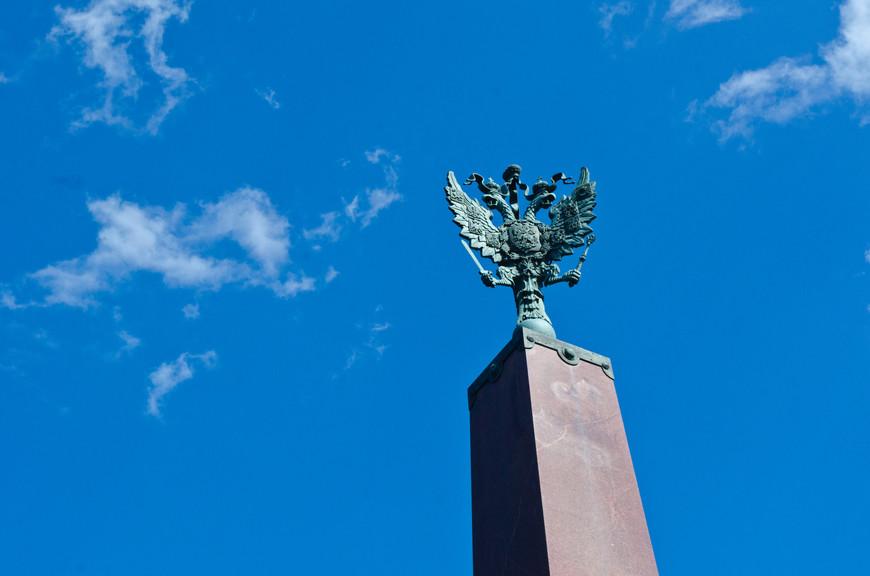 Герб России на колонне