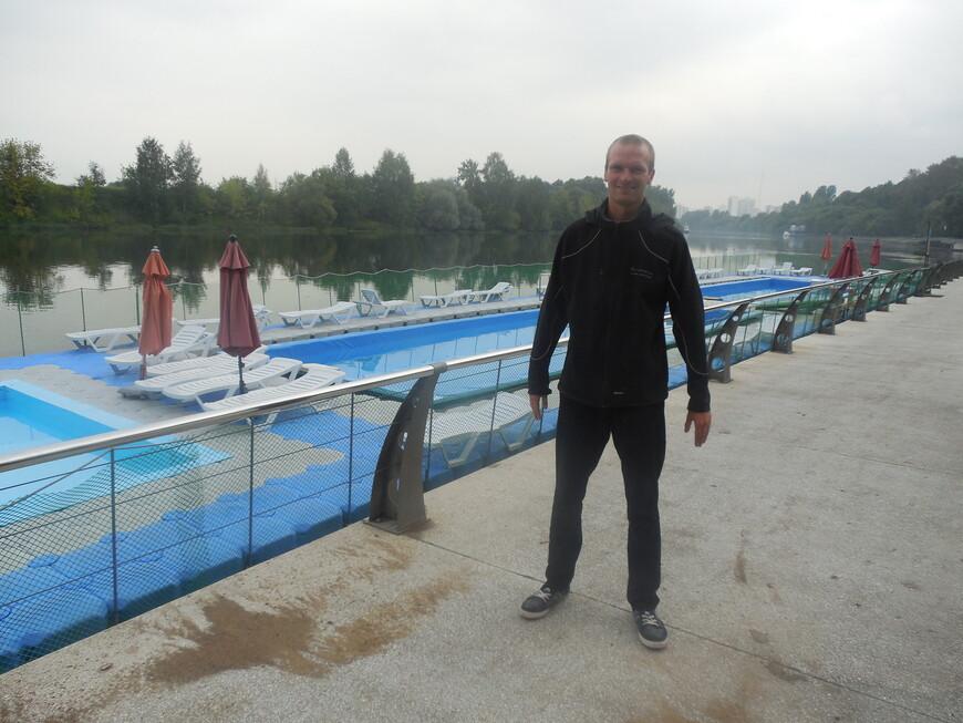 Филёвская набережная - зона отдыха с бассейном и лежаками