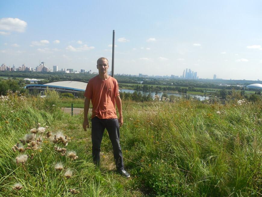 Парк «Крылатские холмы» - панорама  Вид на велотрек, территорию гребного канала «Крылатское», Мнёвниковскую пойму, Филёвский парк и на ММДЦ «Москва-Сити»