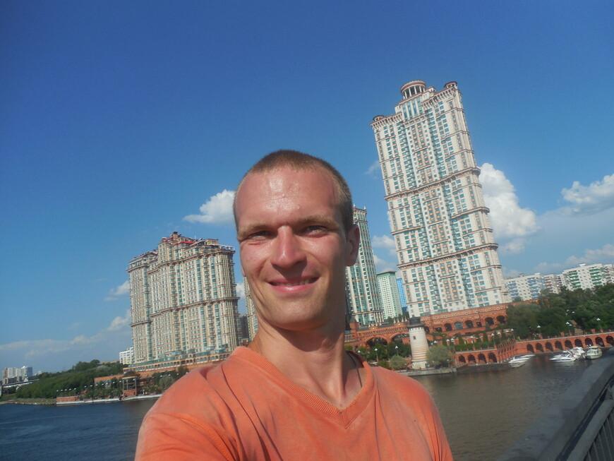 Жилой комплекс «Алые паруса» (недалеко, за этими высотками канал имени Москвы впадает в Москву-реку) - вид со Строгинского моста