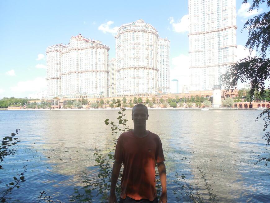 Жилой комплекс «Алые паруса» (недалеко, за этими высотками канал имени Москвы впадает в Москву-реку)
