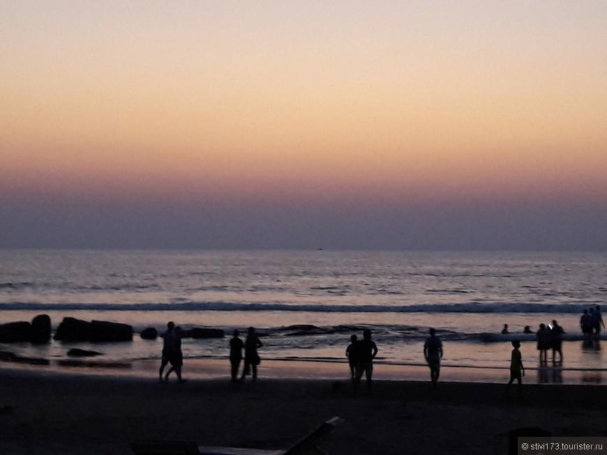 Иногда бывает, что солнце опускается в дымку, но чаще оно садится в море. После заката в некоторых шеках включают музыку в стиле Гоа-транс и укурки и обдолбыши со счастливыми лицами начинают свои демонические пляски... мы наблюдаем....атмосфера вокруг несмотря ни начто спокойная и размеренная. Все счастливы....