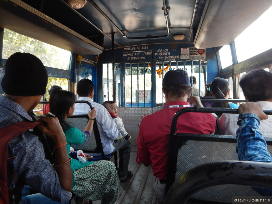 Обычно на пляже мы обитали с 8:00 до 12:00, потом бродили по торговым рядам, ходили в Джус центр в Чапоре или, как в данном случае, на рейсовом автобусе, ездили на рынок в Мапусу.
