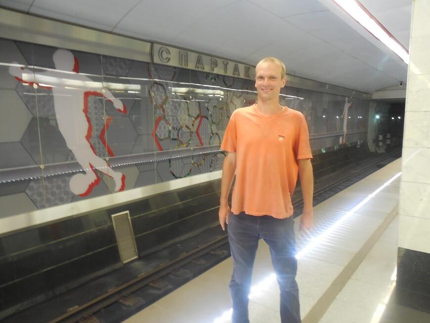 Станция метро «Спартак» - ударопрочные стеклянные панно на футбольную тематику на путевой стене