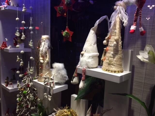 О Рождестве, да и вообще о том, что на дворе декабрь, напоминают лишь вот такие витрины...