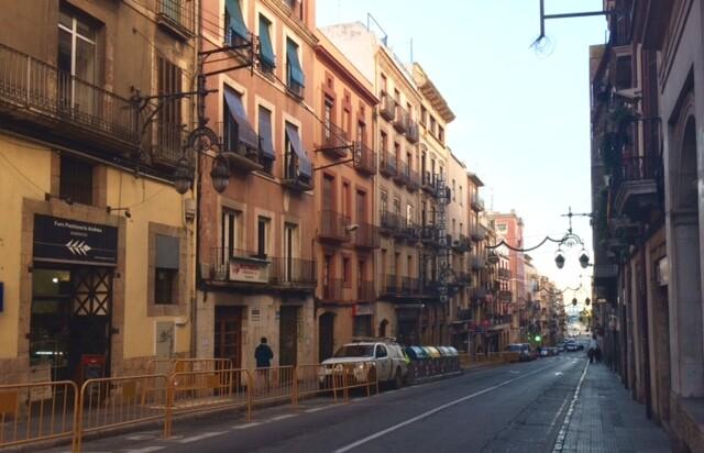 Город просыпается довольно поздно, поэтому утром людей на улицах немного