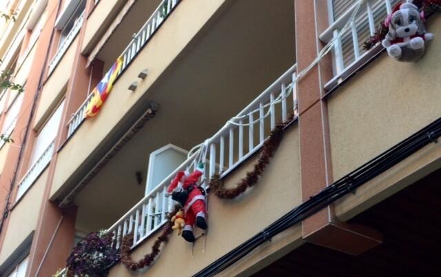 Почти на каждый балкон поднимается Санта по лесенке)