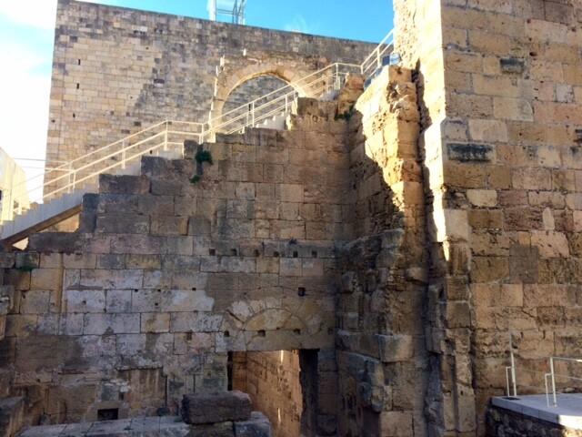 Весь город состоит из римских развалин