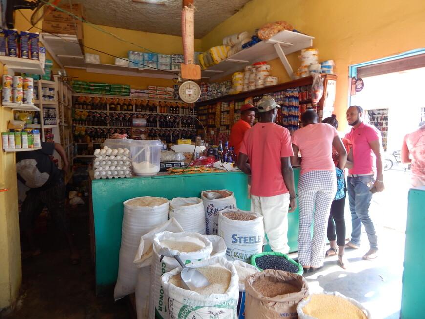 Маленький местный магазинчик,в мешках кукуруза,рис,фасоль.