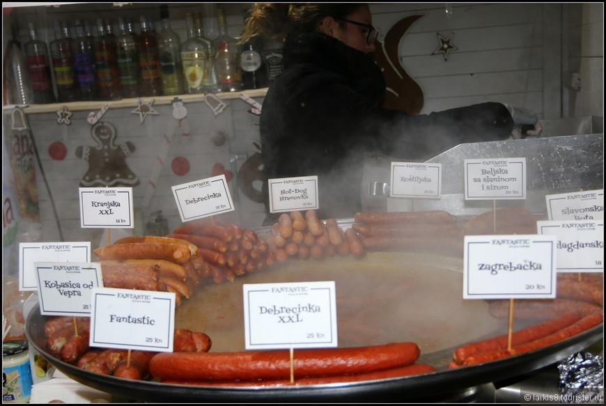 А тем, кто проголодался, предлагались различные варианты сосисок в булочке.