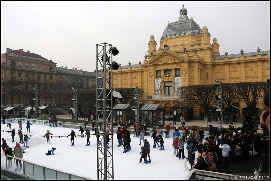 Наша прогулка по Загребу началась со смотровой площадки около катка у Художественного павильона на площади первого хорватского короля Томислава, объединившего все хорватские земли в 925 году. Сам павильон был построен к выставке в Будапеште в 1896 году в честь тысячелетия Венгрии, а потом демонтирован и перевезен в Загреб.