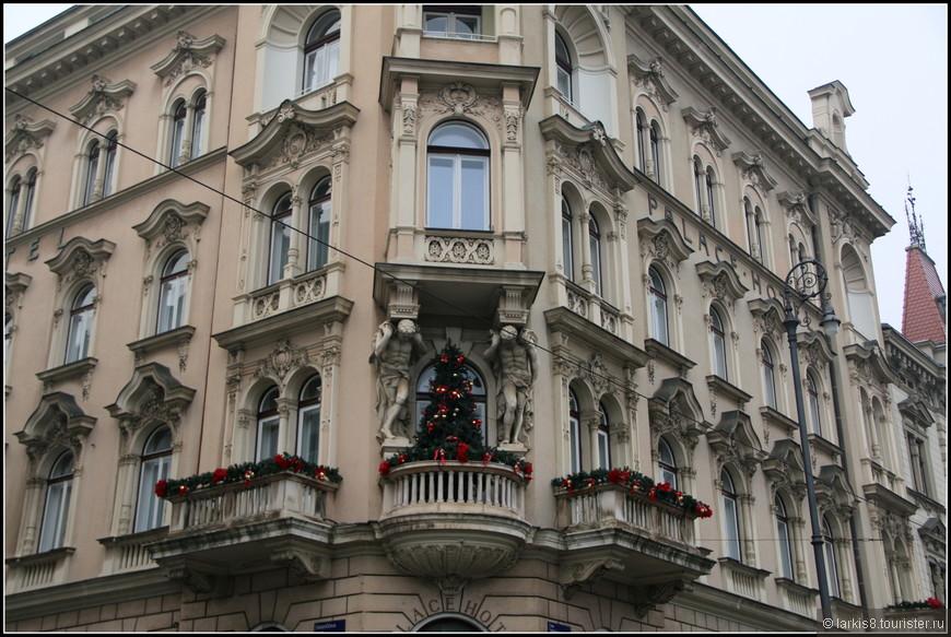 Здания в городе были празднично украшены.