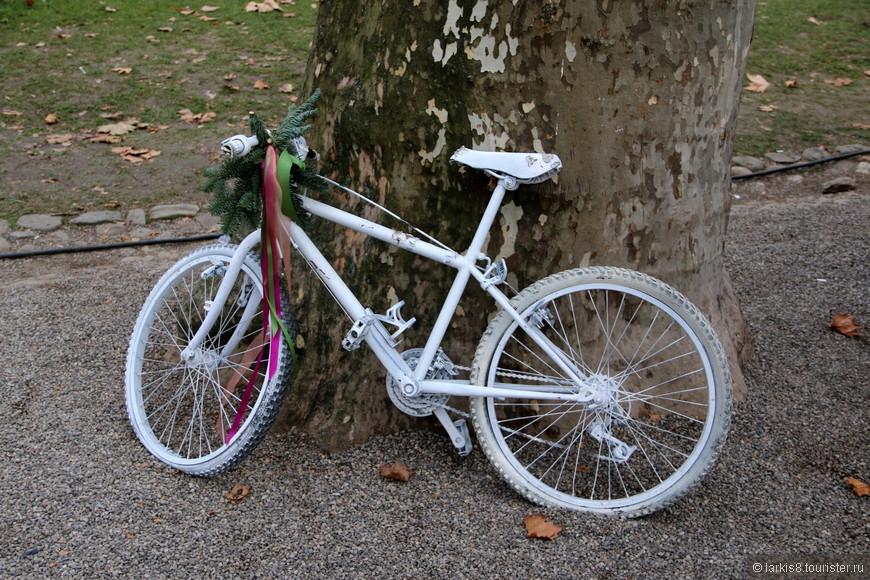 Загуляв на ярмарке, кто-то забыл велосипед, который стал праздничным объектом.