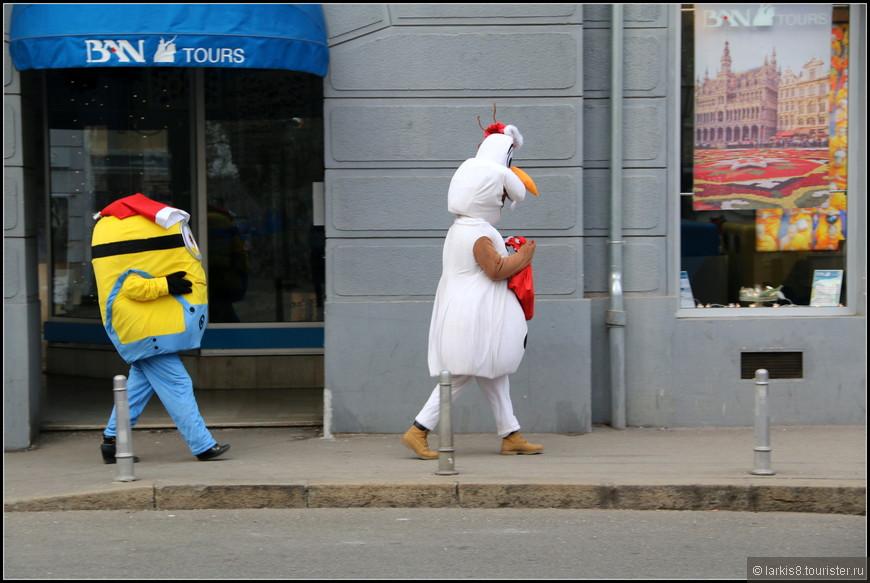 По улицам разгуливали сказочные персонажи.