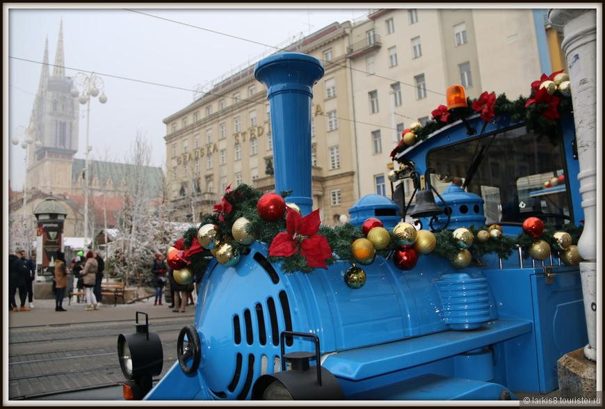 А около центральной площади затормозил праздничный паровозик.