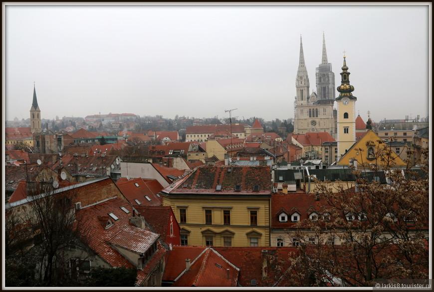 Со смотровой площадки открывался прекрасный вид на город под черепичными крышами...