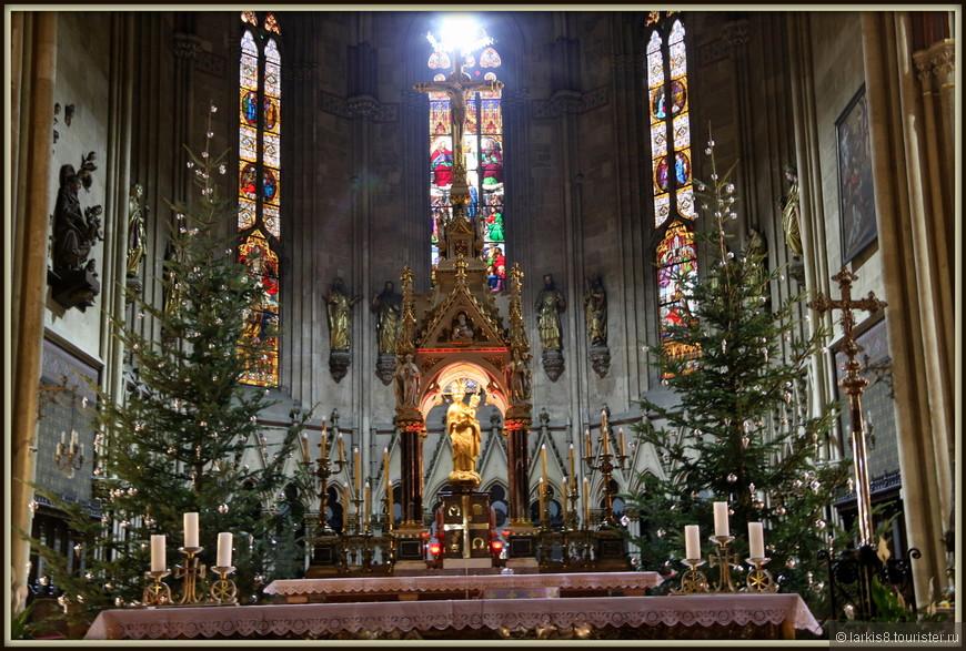 Алтарь Кафедрального собора, построенного в городе в XIII веке, был празднично украшен.